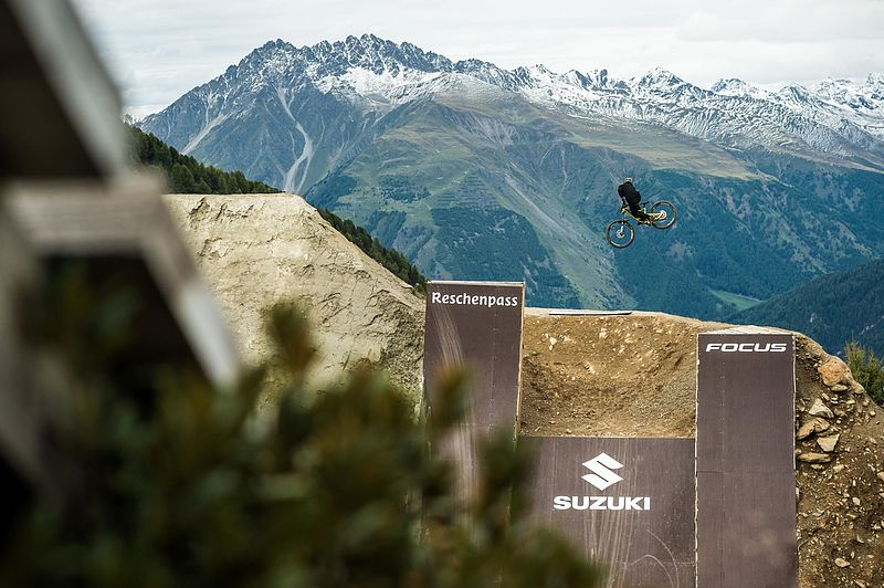 """Suzuki Nine Knights Mountainbike"" erobert den Reschenpass"
